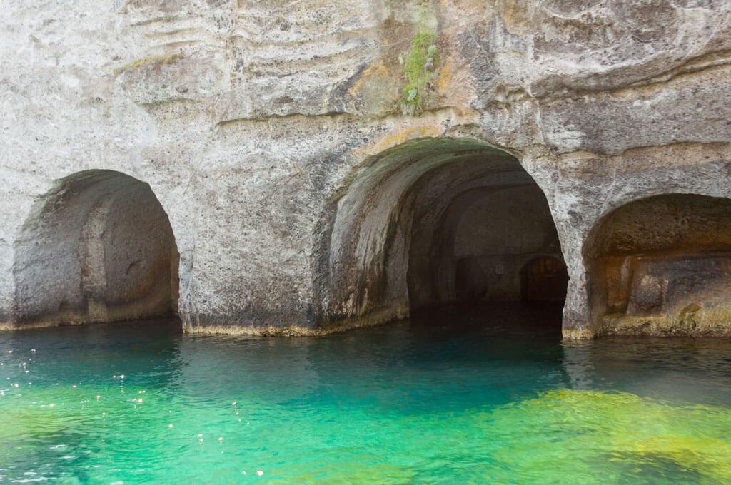 In barca a vela e scopri le grotte di Pilato di Ponza