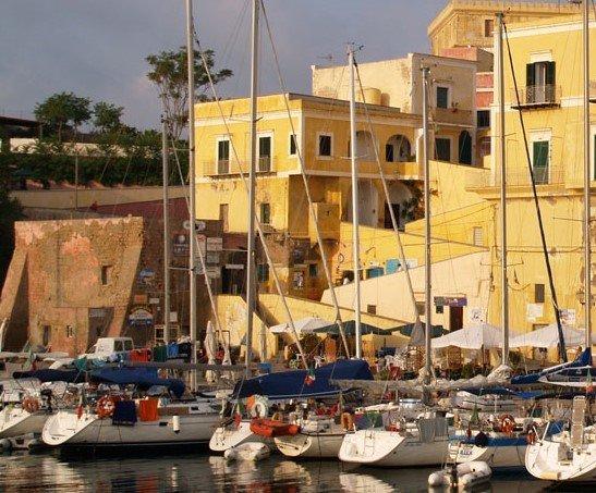 Scopri il porto romano di Ventotene
