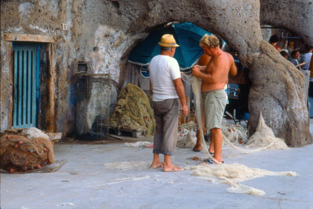 Scopri il porto dei pescatori dell'isola di Ventotene