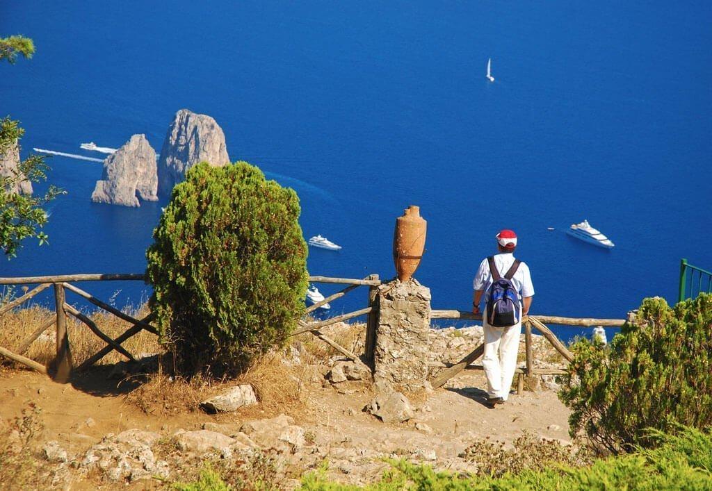 La vista sui faraglioni di Capri dalla Villa Augusteo